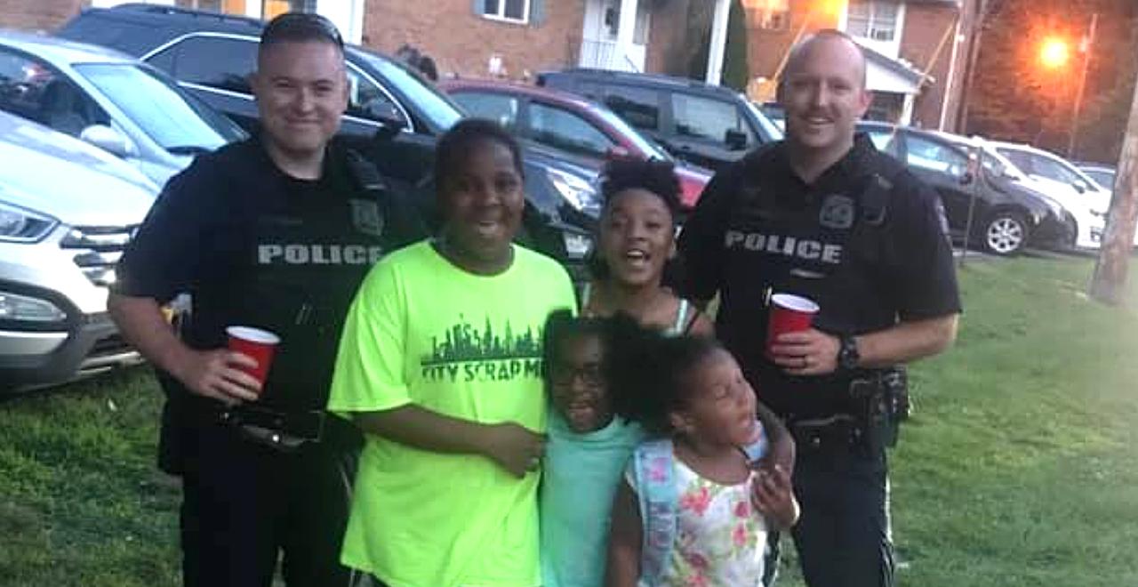 Cops Become Customers of Lemonade Stand