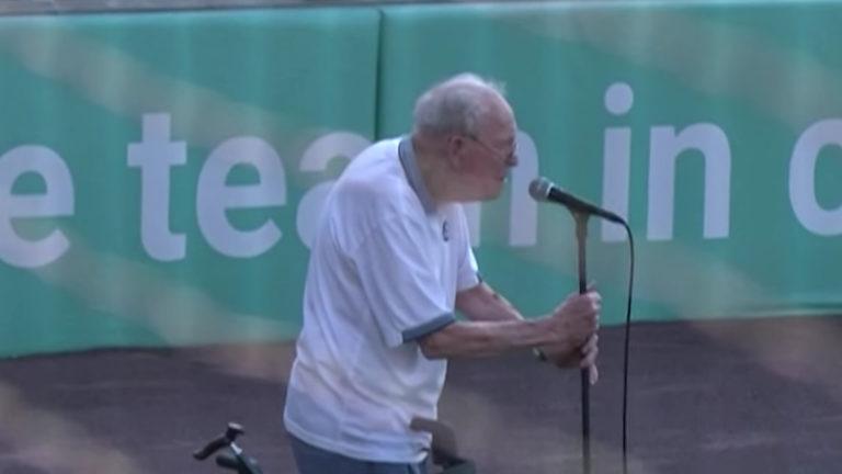WW2 Vet sings Anthem